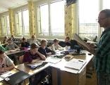 Lehrer und Schüler in Schulklasse im Gymnasium