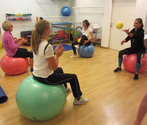 Übung für den Rücken - Ball zuwerfen