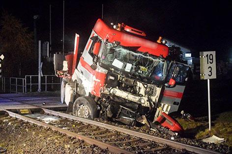 Unfall Lkw gegen Zug
