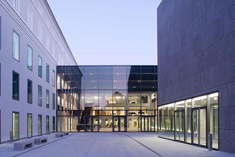 Eingang der Universität Mozarteum in der Stadt Salzburg