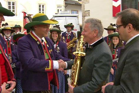 Preisübergabe an die Sieger-Musikkapelle Völs durch ORF Landesdirektor Helmut Krieghofer