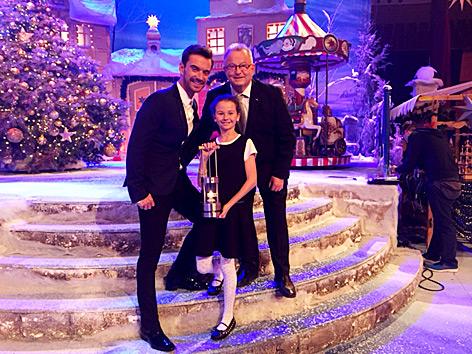 Friedenslichtkind Melanie Walterer Florian Silbereisen (li) und Friedenslicht-Projektleiter Günther Hartl vom ORF OÖ (re) bei deutscher TV-Advent-Show