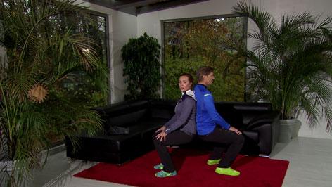 Doresia Krings und Michael Mayrhofer bei der Kniebeugen-Partnerübung