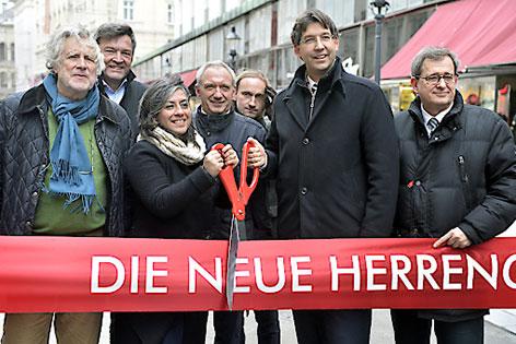 Maria Vassilakou und Markus Figl mit anderen Gästen bei der Eröffnung der Begegnungszone Herrengasse