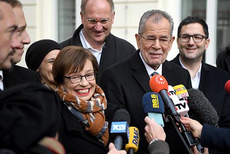 Alexander Van der Bellen und seine Frau Doris Schmidauer (l) nach der Stimmabgabe am Sonntag, 04. Dezember 2016, anl. der Bundespräsidenten Stichwahl-Wiederholung in Wien.