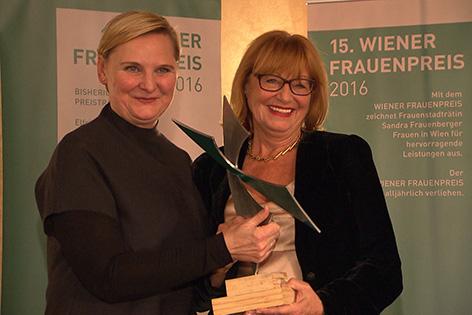 SPÖ-Stadträtin Sandra Frauenberger mit Preisträgerin