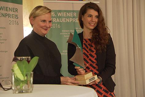 SPÖ-Stadträtin Sandra Frauenberger mit Preisträgerin Maria Mayrhofer
