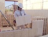 Holzziegel werden zusammengesteckt