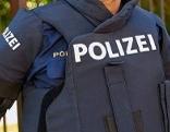Polizist mit schusssicherer Weste (ballistischen Gilets)