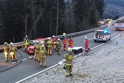 Einsatzkräfte und Auto bei der Unfallstelle auf der B95