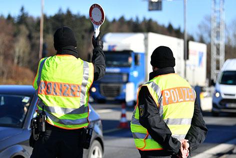 Polizisten bei Grenzkontrolle am Walserberg auf der Autobahn