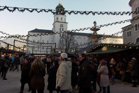 Besucher auf dem Salzburger Christkindlmarkt am Residenzplatz