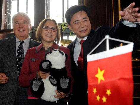 Dagmar Schratter beim Abschied von Panda Fu Long (2009)