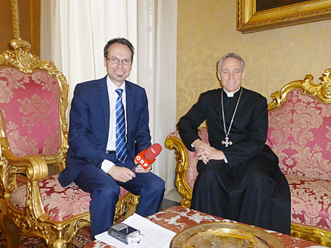ORF-Moderator Günther Madlberger (li) und Erzbischof Georg Gänswein (re) im Apostolischen Palast im Vatikan