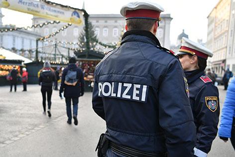 Polizisten am Christkindlmarkt in der Salzburger Altstadt