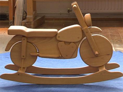 Orgelbauer fertigt aus Holz Kinderspielzeug