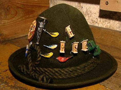 Hut mit Holzvoegel