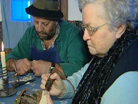 Menschen bei Holzschnitzarbeiten