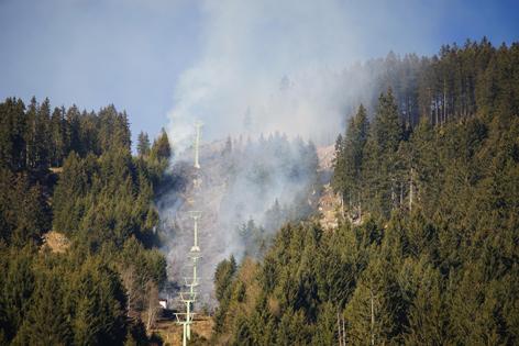 Waldbrand unter Bergbahn
