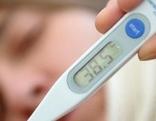 Fieberthermometer mit kranker Frau