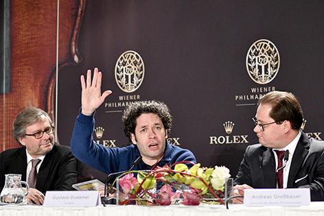 ORF-Chef Alexander Wrabetz (L), Dirigent Gustavo Dudamel (M) und Philharmoniker-Vorstand Andreas Großbauer am Donnerstag, 29. Dezember 2016