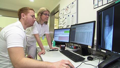 Anette Severing mit einem Kollegen