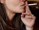 Junge Frau beim Rauchen