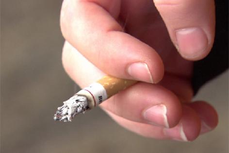 Junge Raucherin