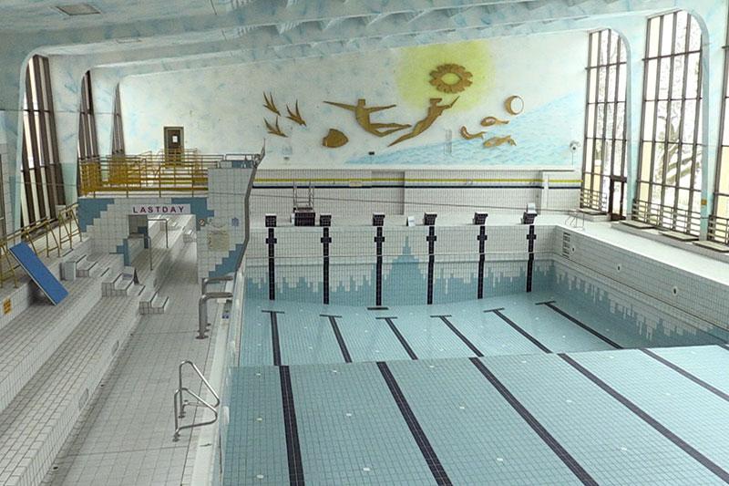 Große Halle des alten Paracelsusbades in der Stadt Salzburg mit ausgelassenem Schwimmbecken
