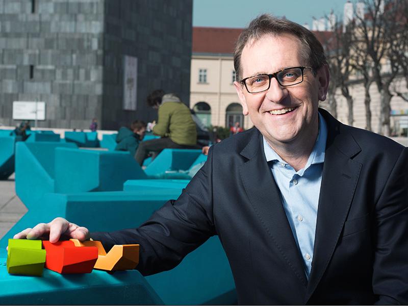 MQ-Direktor Christian Strasser lädt zum Voting über die Farbe der neuen MQ Hofmöbel ein