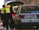 Deutsche Bundespolizisten kontrollieren Autos bei Grenzkontrollstelle
