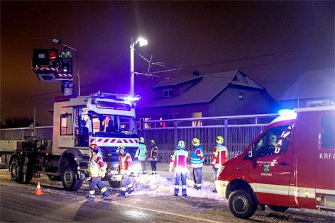 Oberleitung für Straßenbahn wird nach Unfall repariert