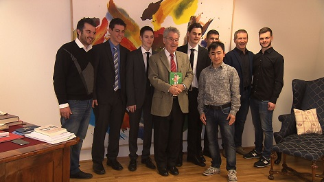 Schüler der HTL Ungargasse mit dem ehemaligen Bundespräsidenten Heinz Fischer