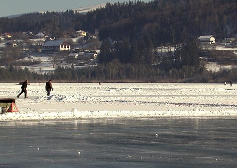 Eislaufen Unfallgefahr Helm Glatteis Fußgänger