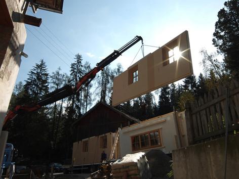 Fassadenelement wird mit Kran eingesetzt