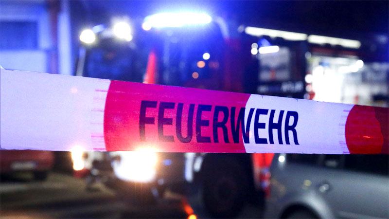 Feuerwehr Absperrung in der Nacht