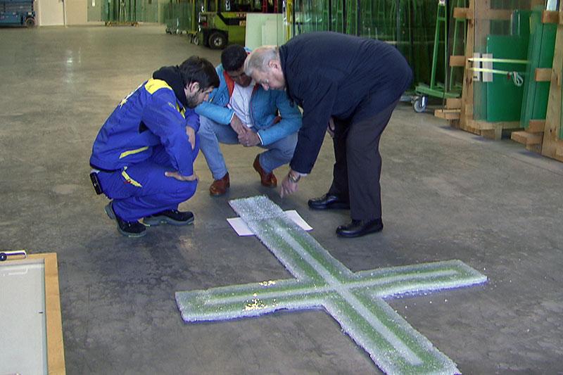 Zerstörtes Glas Gipfelkreuz wird in Werkshalle untersucht