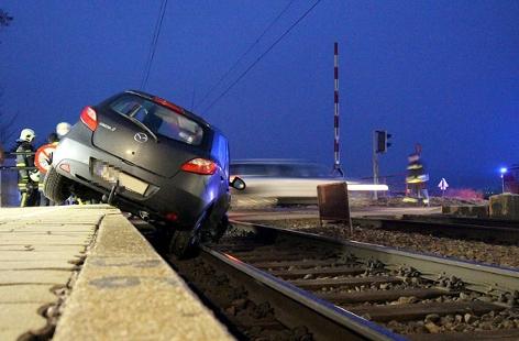 Auto auf Gleisen