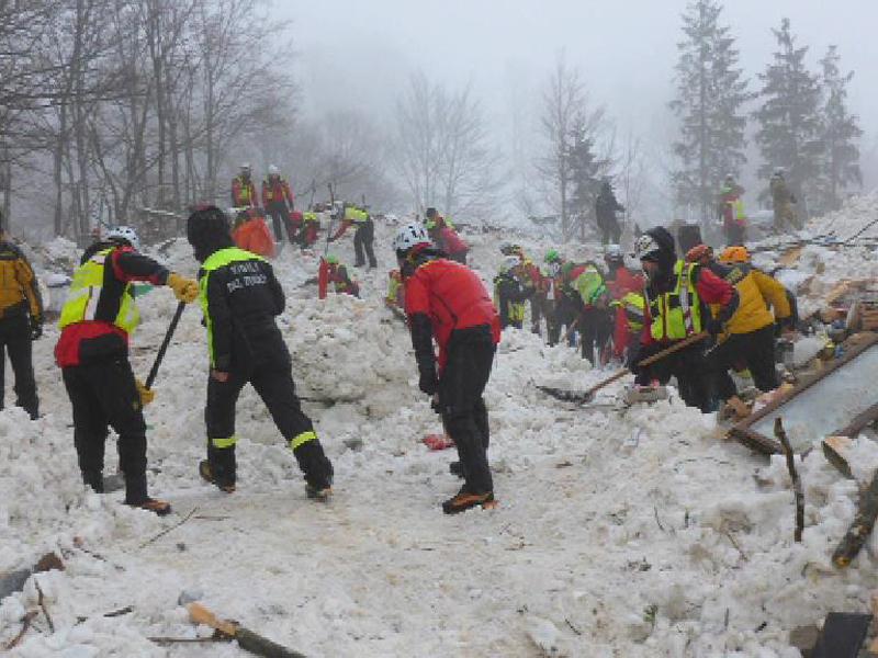 Rettungskräfte in Italien am Lawinenkegel im Einsatz