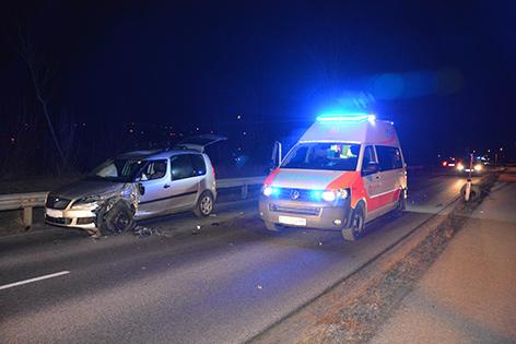 Rettungsauto bei Unfallstelle in der Nacht