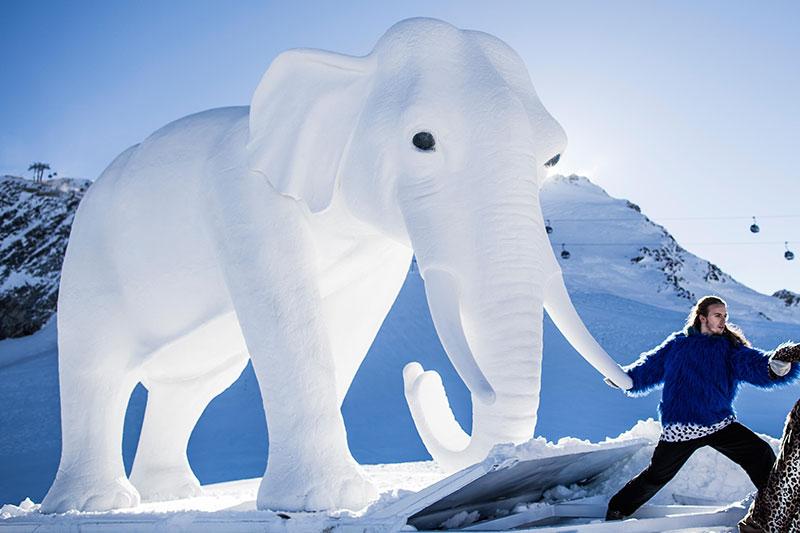 Weißer Elefant der Salzburger Festspiel für Hannibal auf dem Ötztaler Gletscher in Sölden
