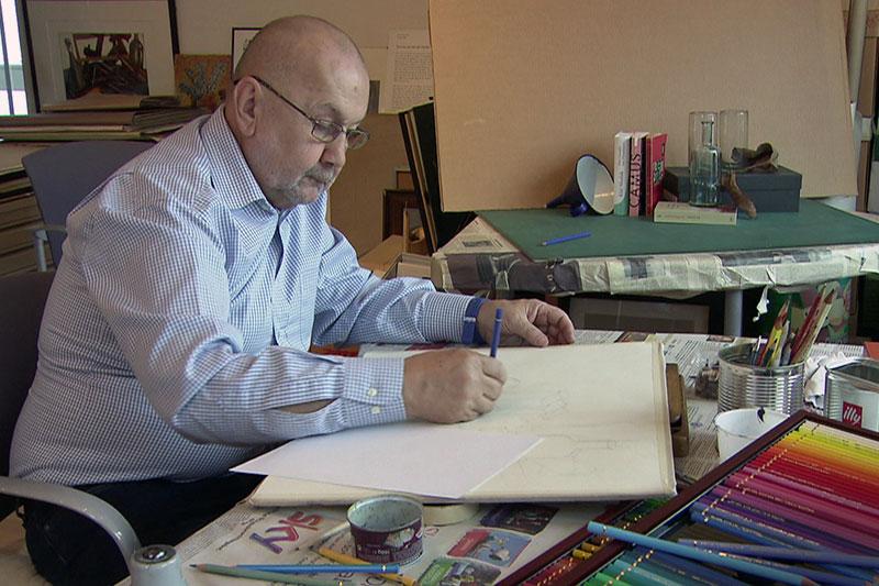 Christof Paulowitz beim Zeichnen in seinem Atelier