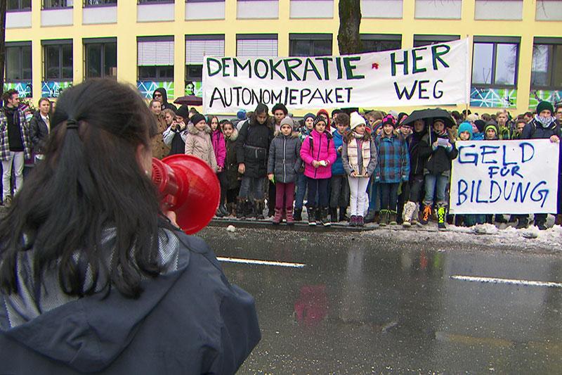 Sprecherin am Megafon bei Schülerprotest
