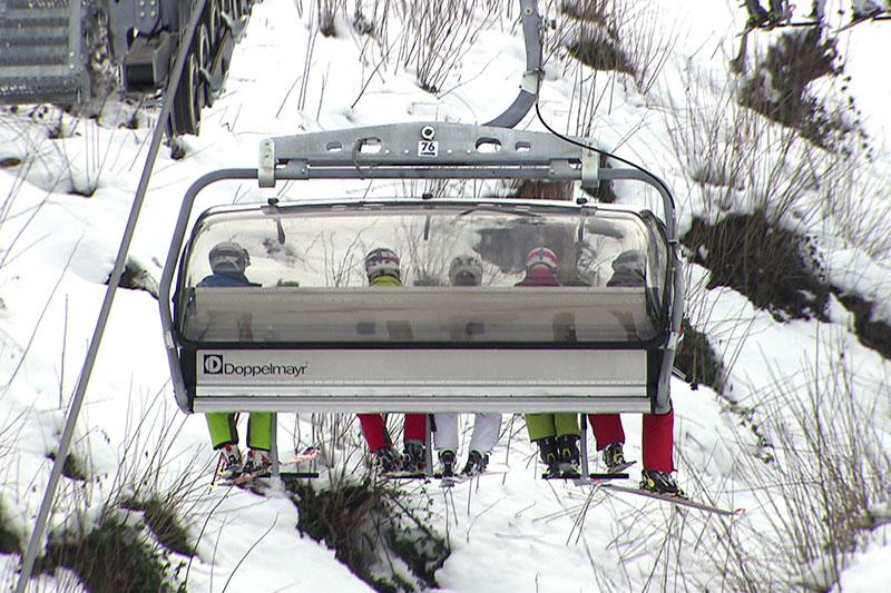 Skifahrer auf Sessellift (in St. Johann Alpendorf)