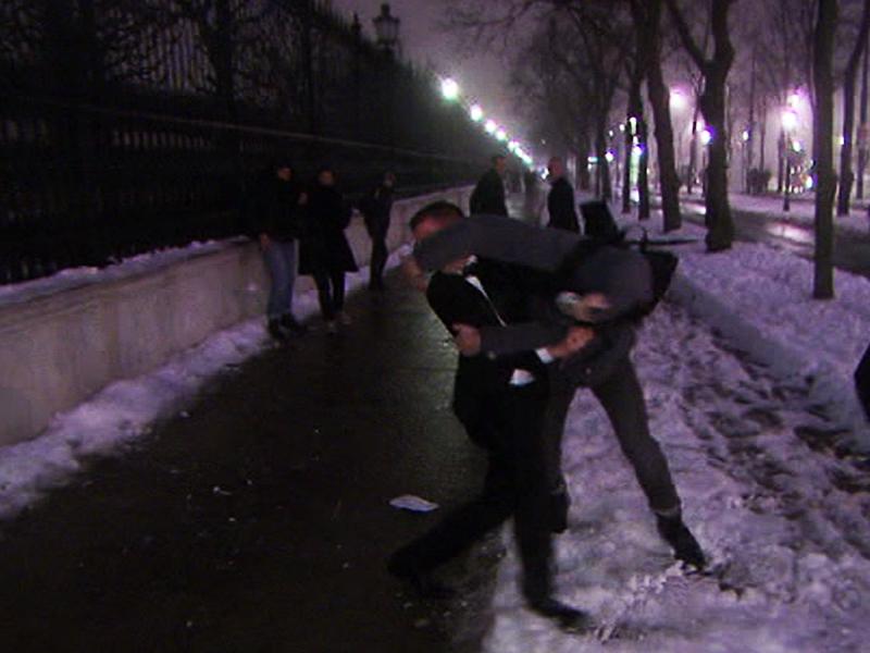 Schlägerei zwischen Demonstrant und Ballgast