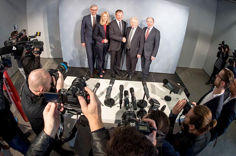 Die ÖVP-Mitglieder der oberösterreichischen Landesregierung werden von Fotografen bestürmt