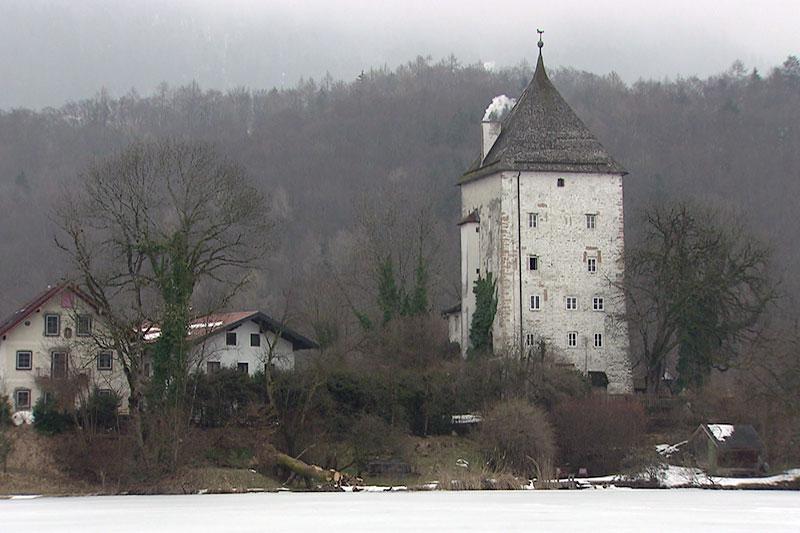 Schloss Thurn und der zugefrorene See in St. Jakob am Thurn im Winter
