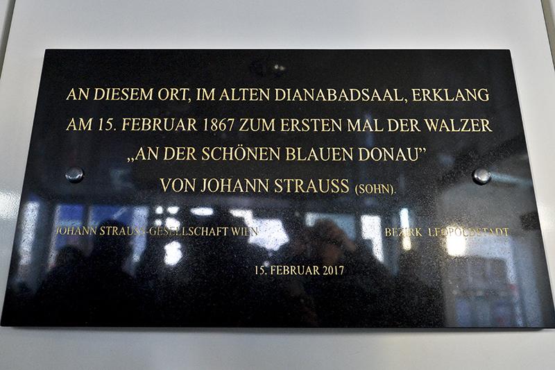 """Eine Gedenktafel für """"150 Jahre 'An der schönen blauen Donau'"""" von Johann Strauss am Uraufführungsort des Donauwalzers im Diananbad"""