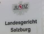 """Türschild mit der Aufschrift """"Landesgericht Salzburg"""" beim Ausweichquartier des Gerichts in der Weiserstraße in Salzburg Schallmoos"""