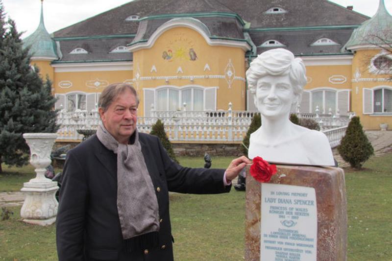 Olaf Auer mit Büste